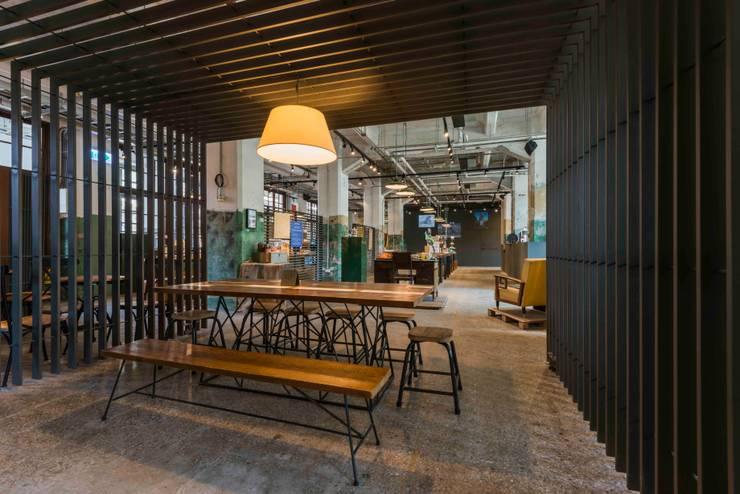 飲食區與販售區:  商業空間 by 亚卡默设计 Akuma Design , 工業風 金屬