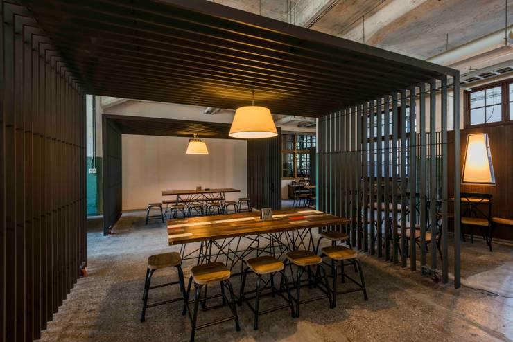 溫馨多人飲食區:  餐廳 by 亚卡默设计 Akuma Design , 工業風 木頭 Wood effect