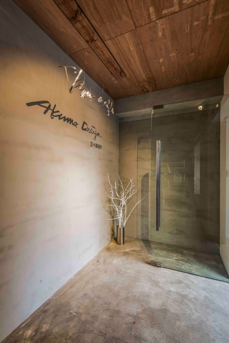 入口設計:  辦公室&店面 by 亚卡默设计 Akuma Design , 工業風 水泥