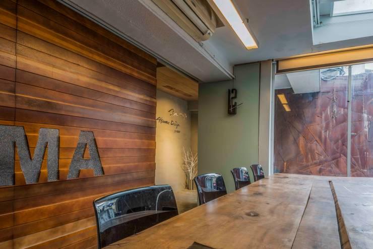 會議室:  辦公室&店面 by 亚卡默设计 Akuma Design , 工業風 塑木複合材料