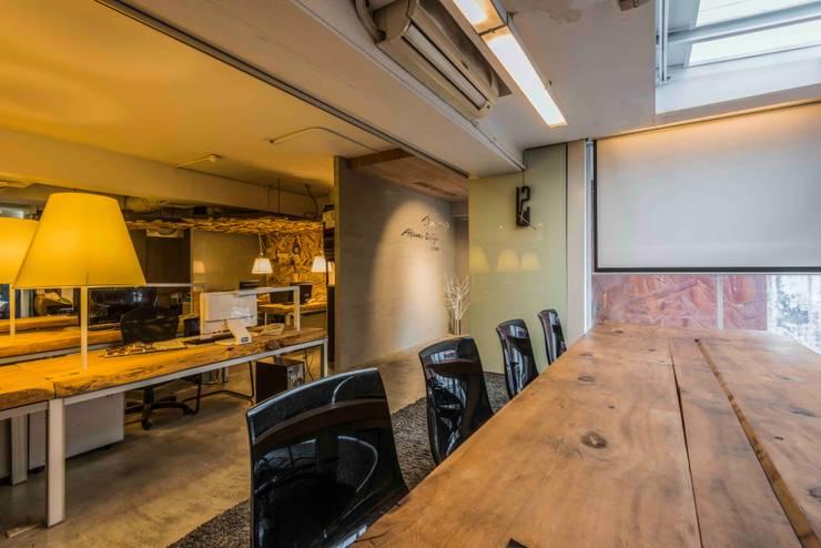 大會議室與辦公室:  商業空間 by 亚卡默设计 Akuma Design , 工業風 水泥