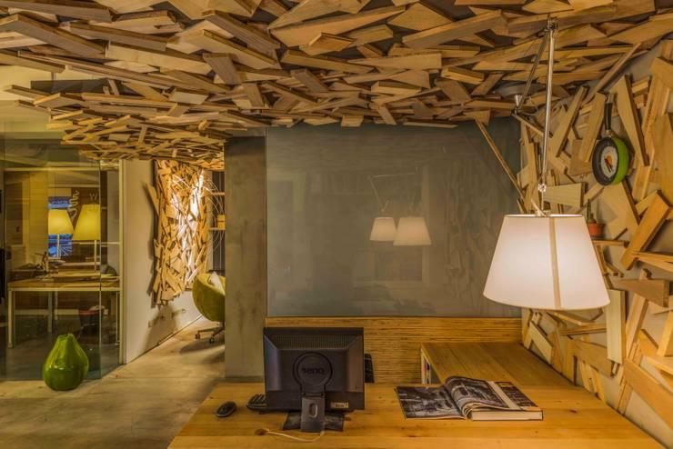 辦公室:  辦公室&店面 by 亚卡默设计 Akuma Design , 工業風 塑木複合材料