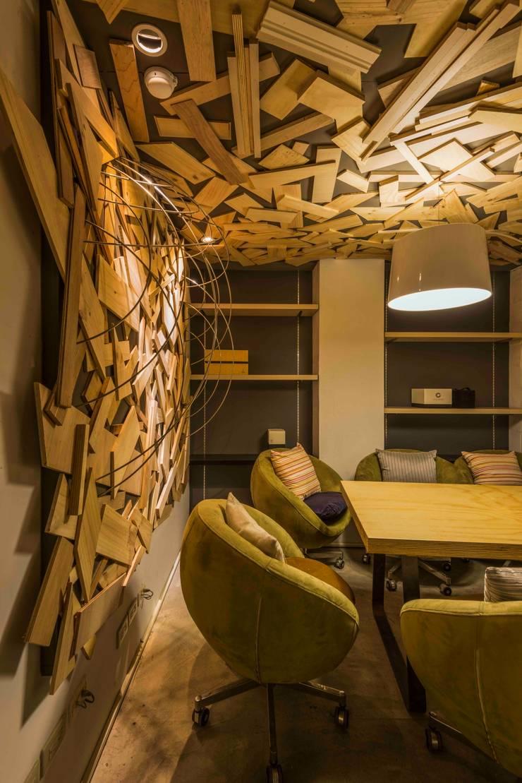 會議室:  辦公室&店面 by 亚卡默设计 Akuma Design , 工業風 水泥