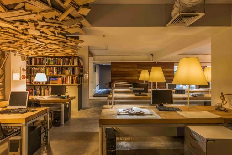 辦公室:  辦公室&店面 by 亚卡默设计 Akuma Design , 工業風 水泥
