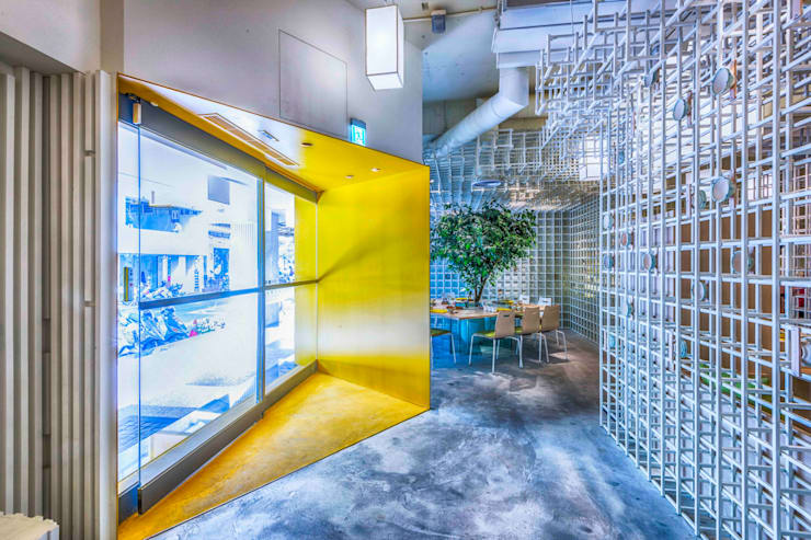 入口:  餐廳 by 亚卡默设计 Akuma Design , 現代風 水泥
