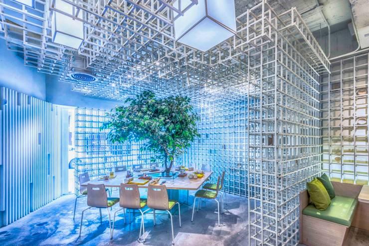 入口用餐區:  商業空間 by 亚卡默设计 Akuma Design , 現代風 金屬