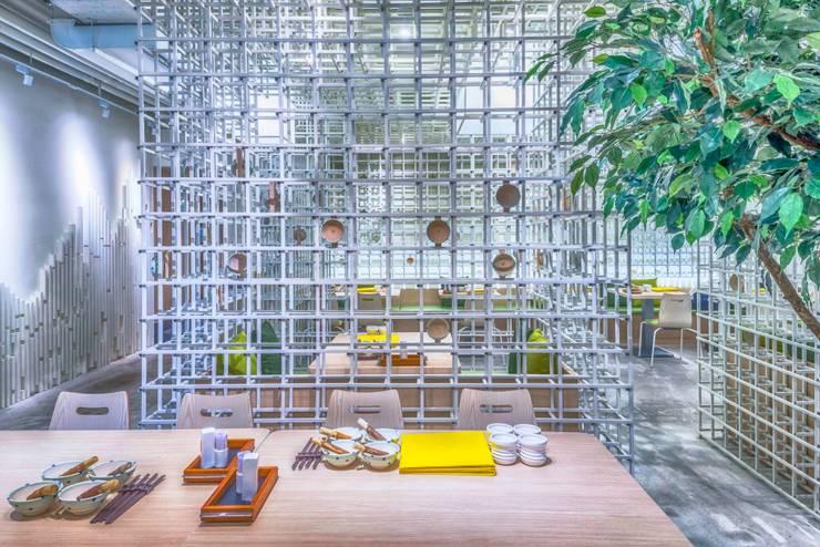穿透感包廂設計:  商業空間 by 亚卡默设计 Akuma Design , 現代風 金屬