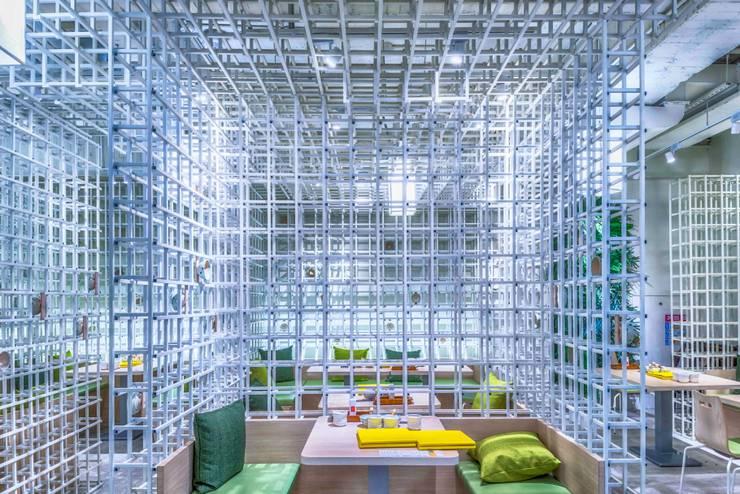 穿透感包廂:  餐廳 by 亚卡默设计 Akuma Design , 現代風 金屬