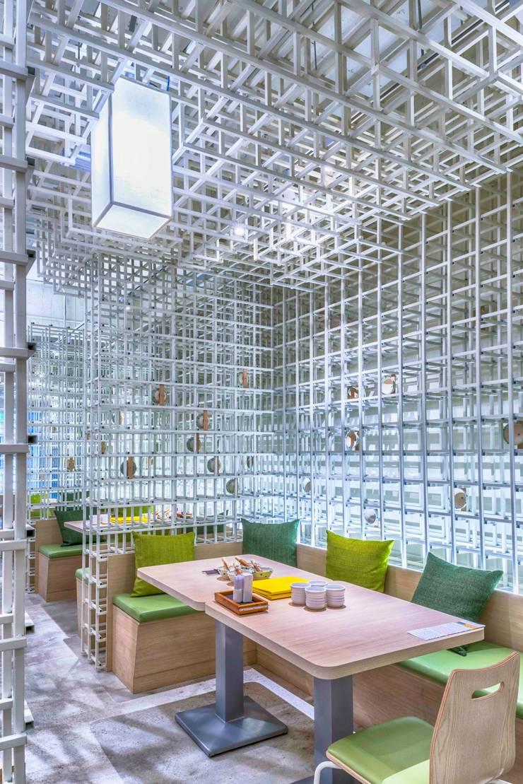 金屬穿透感包廂:  商業空間 by 亚卡默设计 Akuma Design , 現代風 金屬