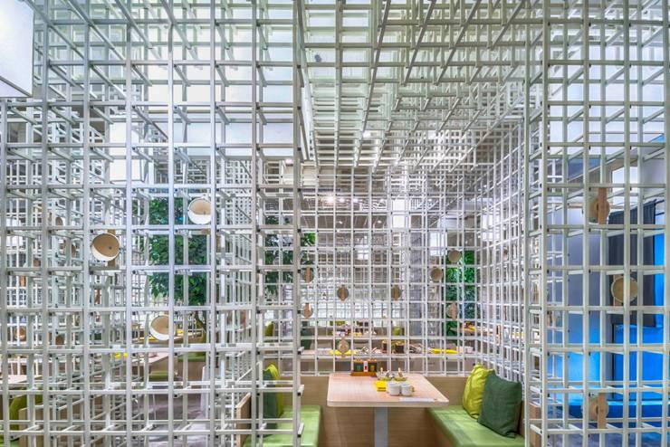 穿透感綠意包廂:  餐廳 by 亚卡默设计 Akuma Design , 現代風 金屬