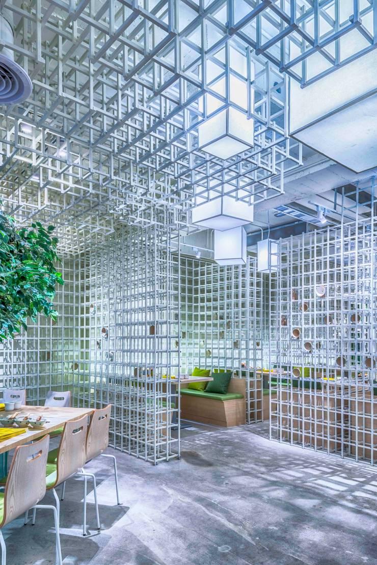 往包廂入口處:  餐廳 by 亚卡默设计 Akuma Design , 現代風 金屬