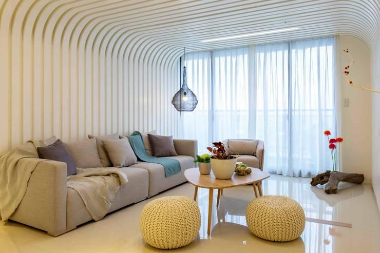 客廳: 極簡主義  by 亚卡默设计 Akuma Design , 簡約風 金屬