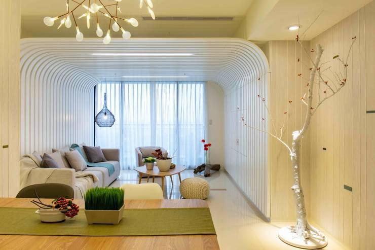 隱藏式電視櫃設計: 極簡主義  by 亚卡默设计 Akuma Design , 簡約風 合板