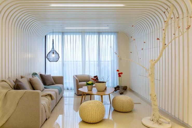 客廳北歐設計: 極簡主義  by 亚卡默设计 Akuma Design , 簡約風 金屬