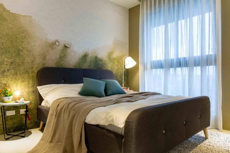 臥室設計: 極簡主義  by 亚卡默设计 Akuma Design , 簡約風 合成纖維 Brown