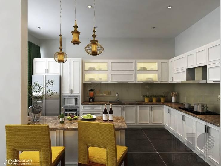 Tủ bếp tân cổ điển màu trắng: cổ điển  by Lio Decor, Kinh điển MDF