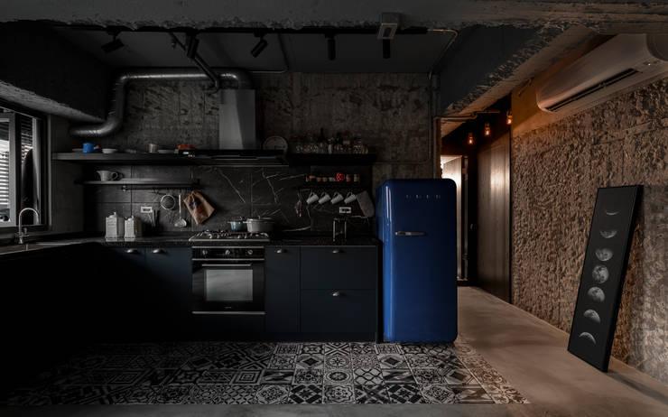 kitchen & living area:  廚房 by 湜湜空間設計, 工業風