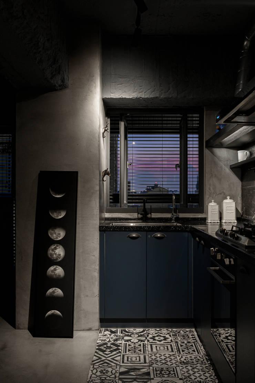 kitchen & living area:  系統廚具 by 湜湜空間設計, 工業風