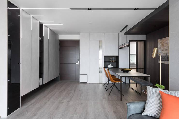 光影迴廊:  走廊 & 玄關 by 知域設計, 現代風