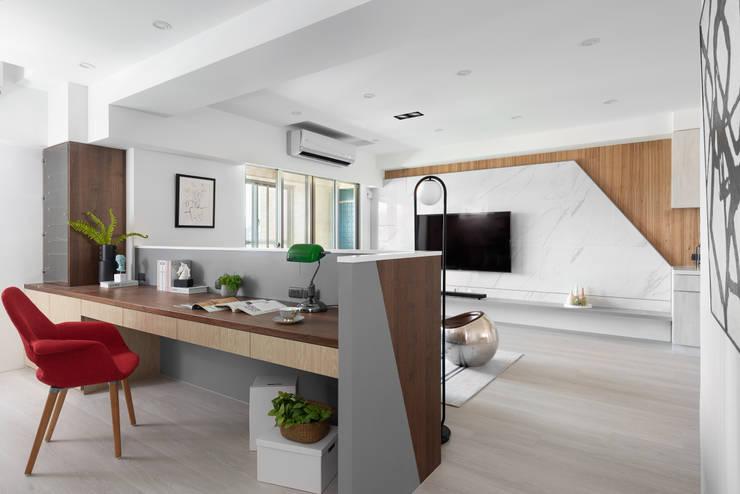義‧初心:  書房/辦公室 by 知域設計, 現代風