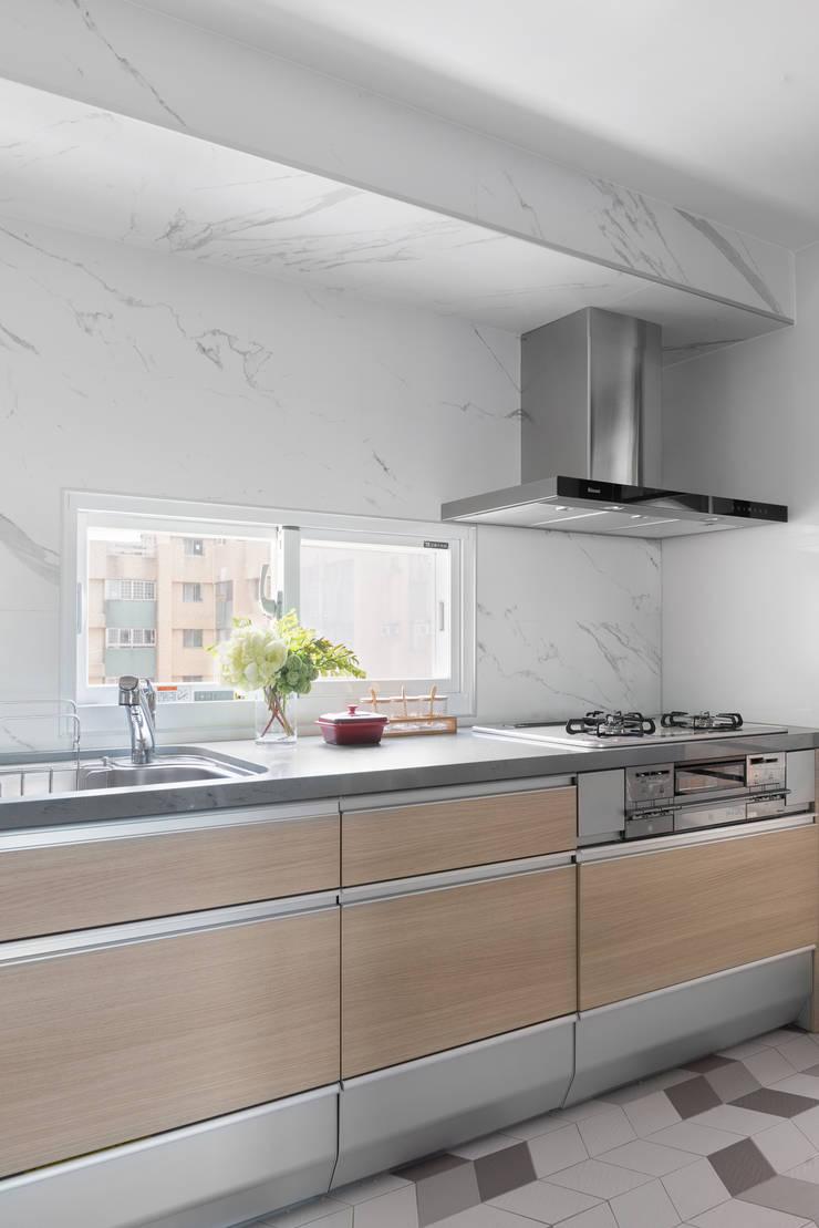義‧初心:  廚房 by 知域設計, 現代風