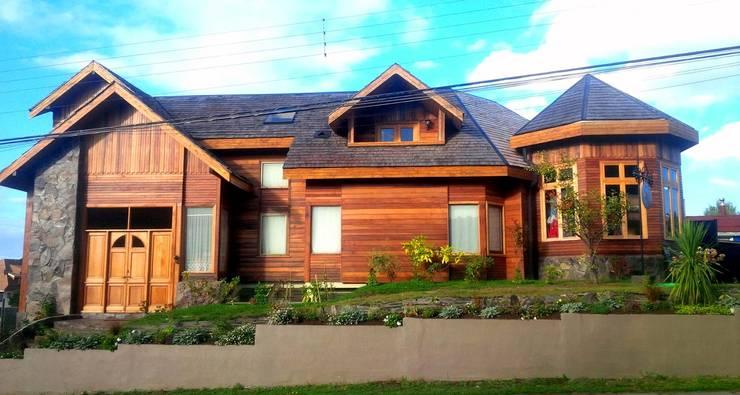 Casa Frutillar bajo - Frutillar ,Chile: Casas unifamiliares de estilo  por simoniarquitecto, Clásico Madera Acabado en madera