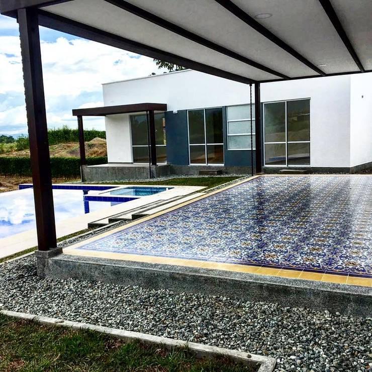 Baldosin hidraulico:  de estilo  por SANTA ELENA BALDOSINES ARTESANALES S.A.S, Rural Azulejos