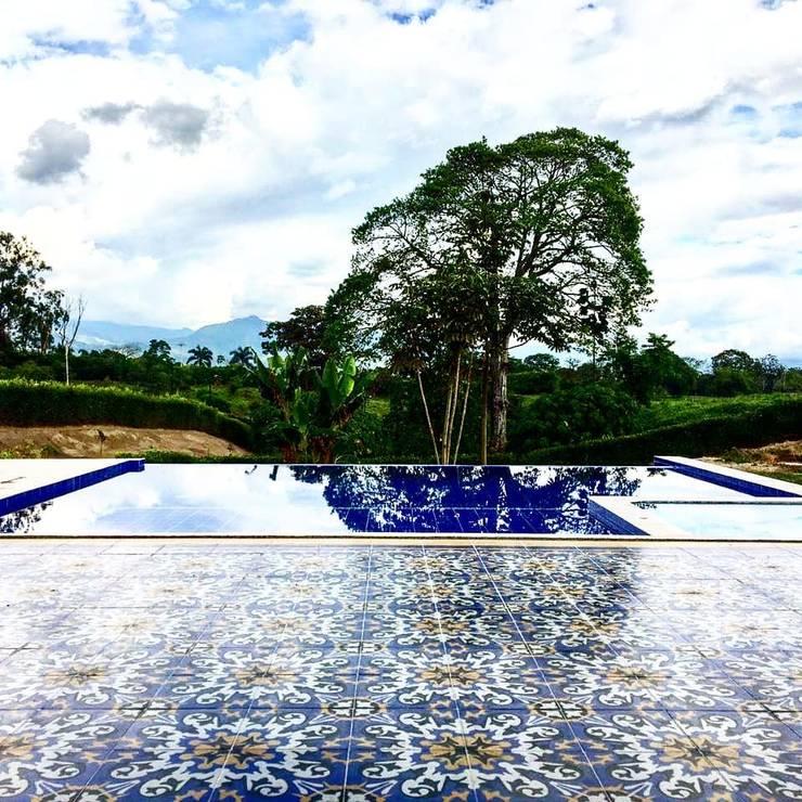 Baldosin hidraulico: Piscinas de jardín de estilo  por SANTA ELENA BALDOSINES ARTESANALES S.A.S, Rural