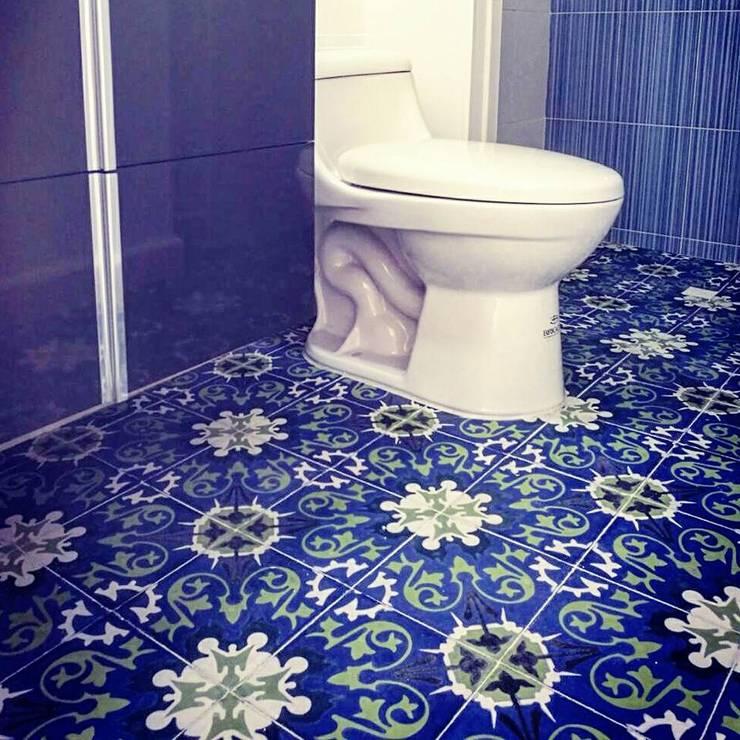 Casa campestre (Baldosín Rabo de gallo): Baños de estilo  por SANTA ELENA BALDOSINES ARTESANALES S.A.S, Rural