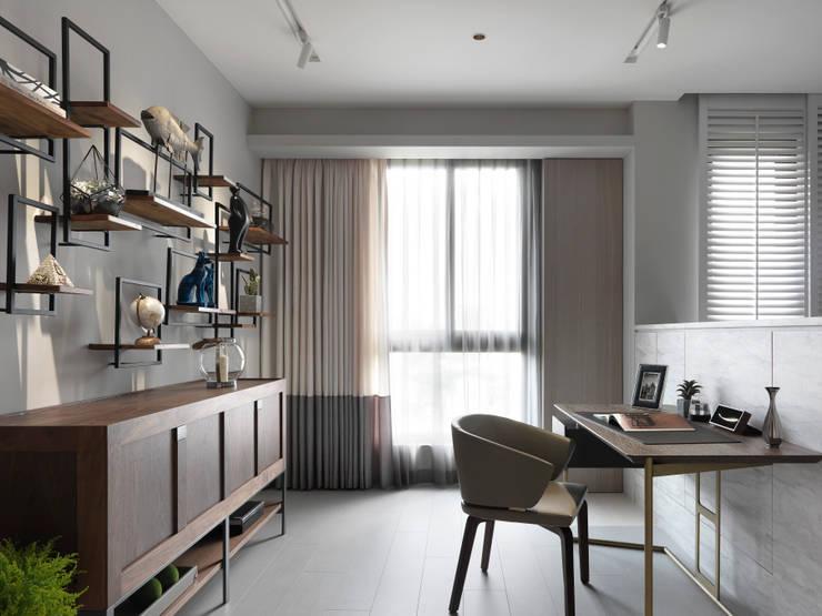 YouTuber 冰蹦拉的家  :  書房/辦公室 by 一格設計有限公司, 簡約風