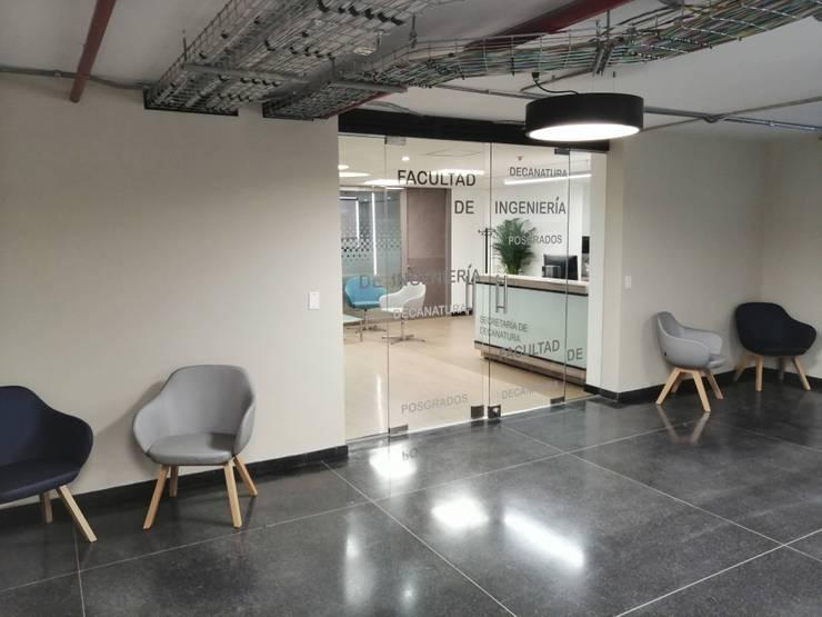 Fabricación e instalación de divisiones de oficina en vidrio para Universidad Javeriana: Puertas de vidrio de estilo  por .K-Design arquitectura y diseño interior, Moderno