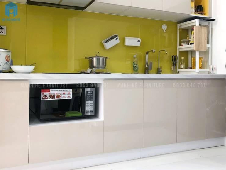 Tủ bếp gỗ công nghiệp âm tường đụng trần, kính ốp bếp giúp cho việc lau chùi và dọn dẹp dễ dàng hơn:  Tủ bếp by Công ty TNHH Nội Thất Mạnh Hệ, Hiện đại Gạch ốp lát