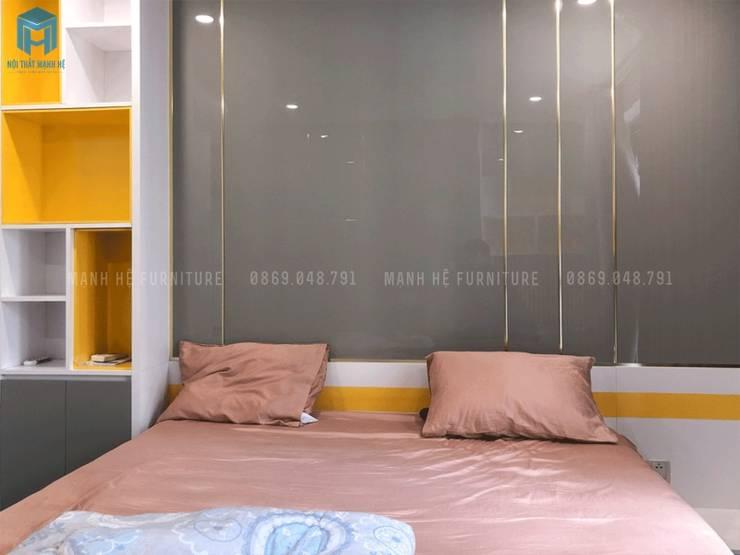 Vách ốp tường màu xám phủ acrylic sáng bóng và những đường ron vàng bắt mắt:  Phòng ngủ by Công ty TNHH Nội Thất Mạnh Hệ, Hiện đại Gỗ Wood effect