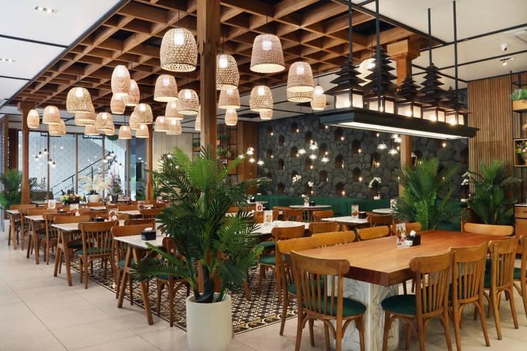 Bebek Tepi Sawah Bandung: Restoran oleh Putri Bali Design (PBD), Tropis Kayu Wood effect