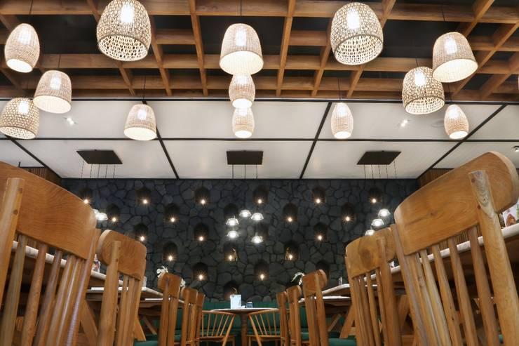 Lighting: Restoran oleh Putri Bali Design (PBD), Tropis Kayu Wood effect