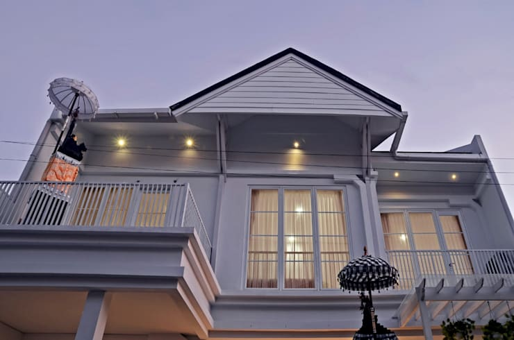 White House With The Blue Door: Balkon oleh Putri Bali Design (PBD), Mediteran Kayu Wood effect