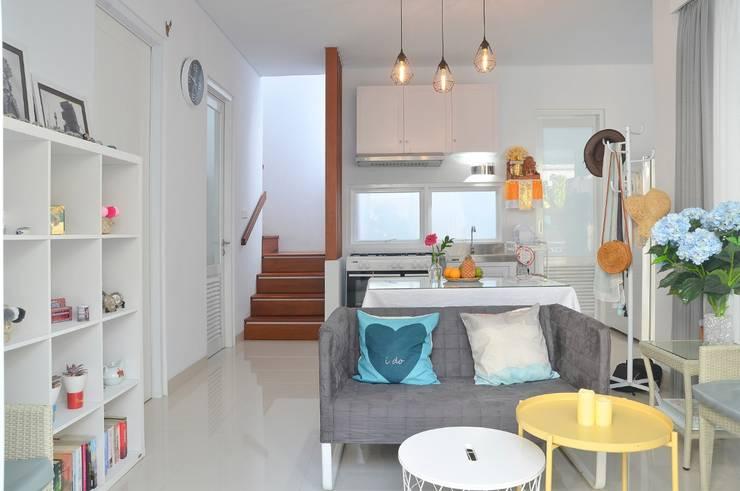Living Room: Ruang Keluarga oleh Putri Bali Design (PBD), Mediteran Kayu Wood effect