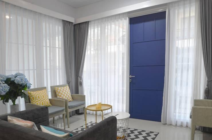 Blue Door: pintu depan oleh Putri Bali Design (PBD), Mediteran Kayu Wood effect