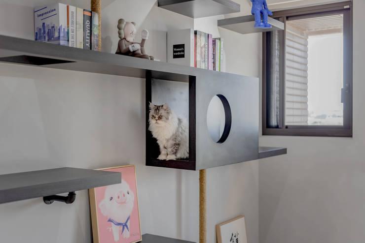 貓肥家潤:  客廳 by 澄月室內設計, 工業風