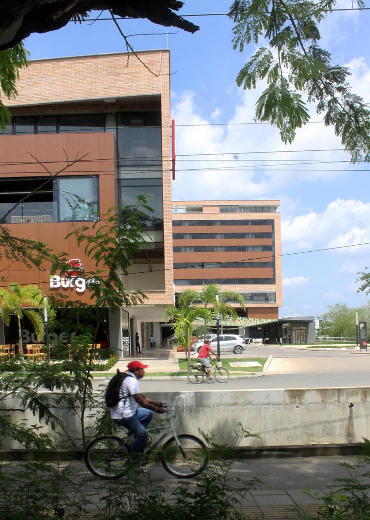 PLACES: Centros comerciales de estilo  por BASSICO ARQUITECTOS, Moderno Ladrillos