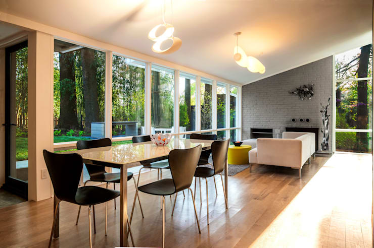 Modern dining room by KUBE Architecture Modern