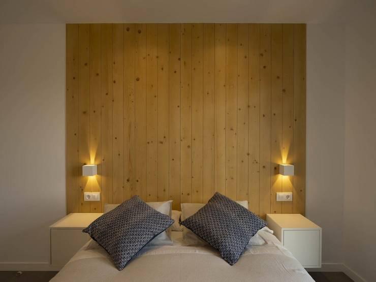 Apliques led de pared en dormitorios con haces de luz modificables. de Luzopolis Minimalista