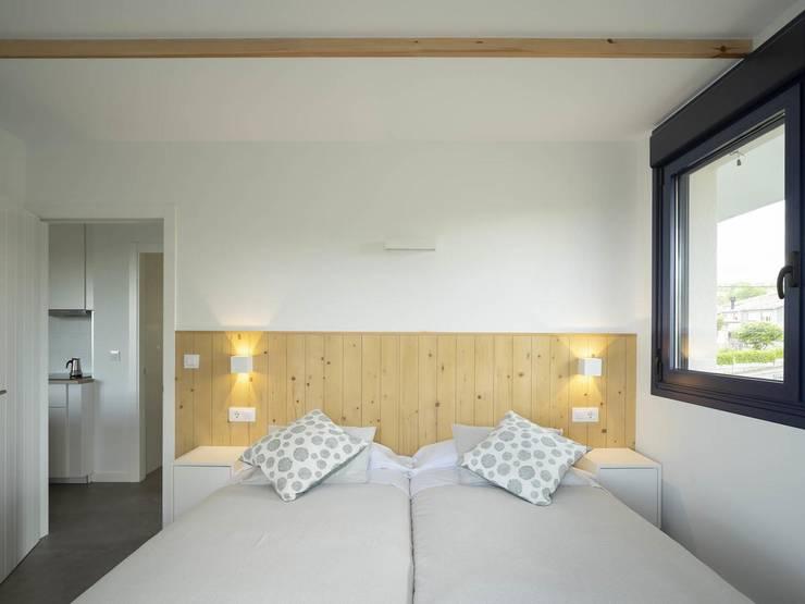 Apliques led de pared en dormitorios con haces de luz modificables de Luzopolis Minimalista