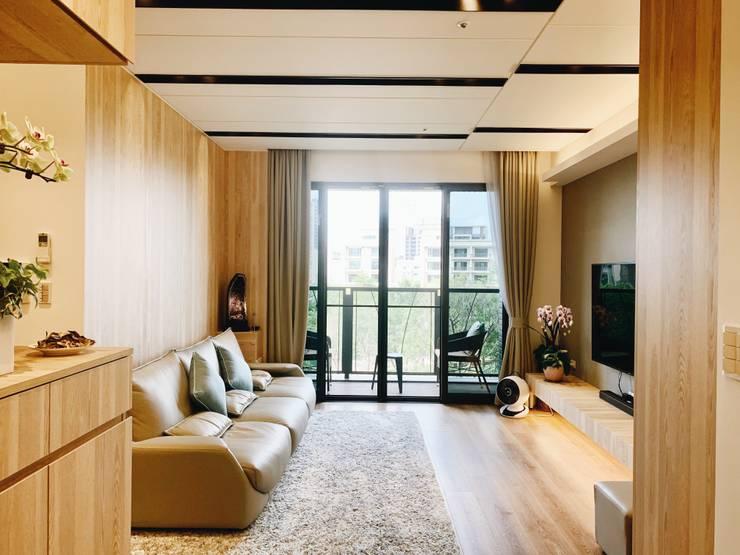 開放寬敞的客廳空間:  客廳 by 圓方空間設計, 簡約風 合板