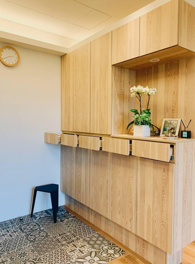 收納強大的鞋櫃:  走廊 & 玄關 by 圓方空間設計, 簡約風 合板