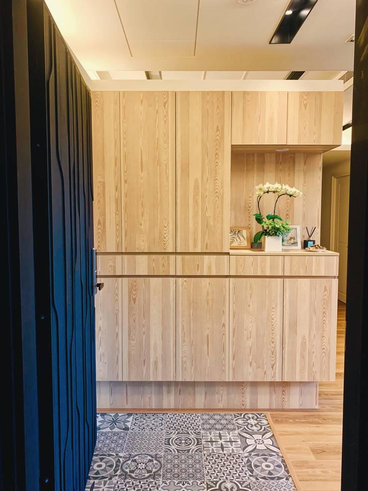 【住家】溫馨好品味的居家空間:  走廊 & 玄關 by 圓方空間設計, 簡約風 合板