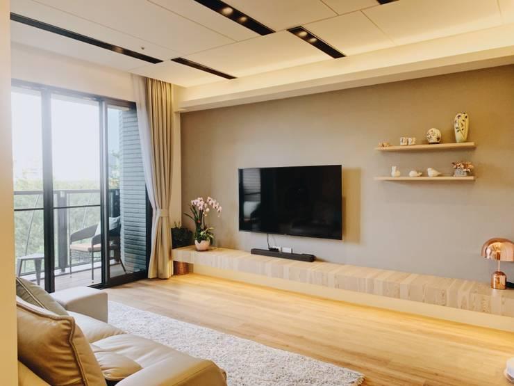 舒服俐落的電視牆:  客廳 by 圓方空間設計, 簡約風 合板