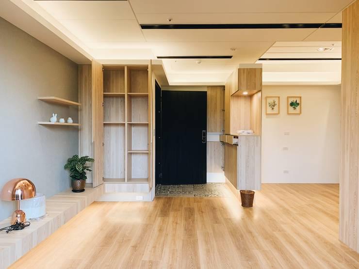 【住家】溫馨好品味的居家空間:  客廳 by 圓方空間設計, 簡約風 合板
