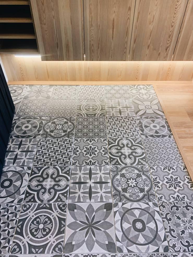 玄關專屬的低調華麗:  走廊 & 玄關 by 圓方空間設計, 簡約風 磁磚