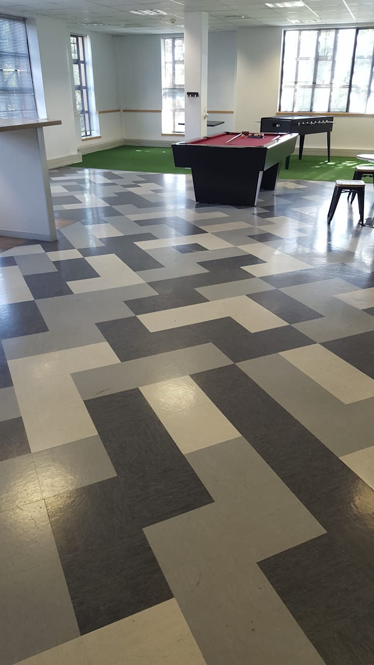 Vinyl Tiles laid in a funky pattern in the Chill Area of the office:  Office buildings by Flooring Projects, Modern